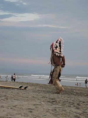 un indien sur la plage de canoa en equateur