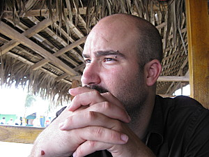 tristan regarder vers l'océan pacifique a canoa en equateur