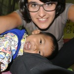 enfant thaï riant aux cotés de Flavie, volontaire en Thaïlande