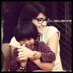 enfant s'amuse avec Flavie, volontaire en Thaïlande