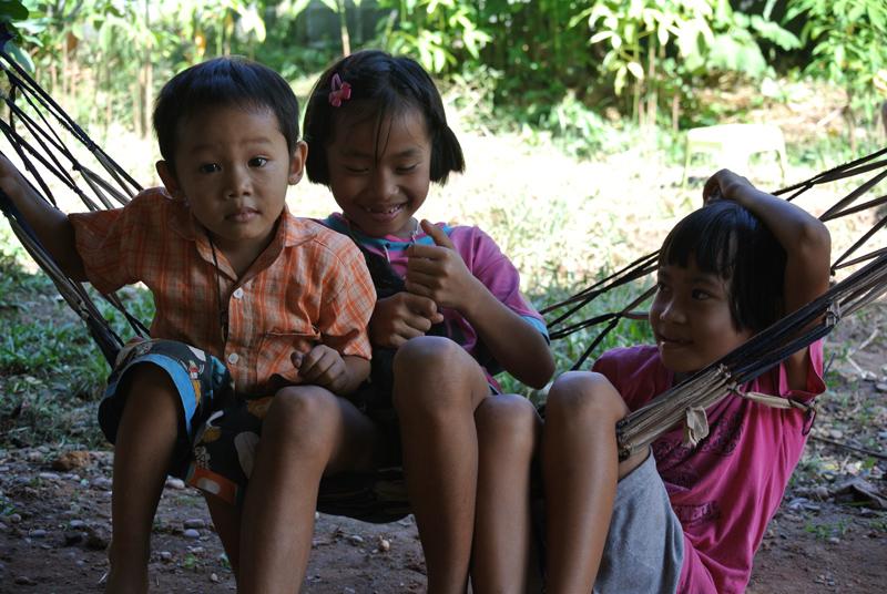 enfants d'issan jouant dans un hamac, thaïlande