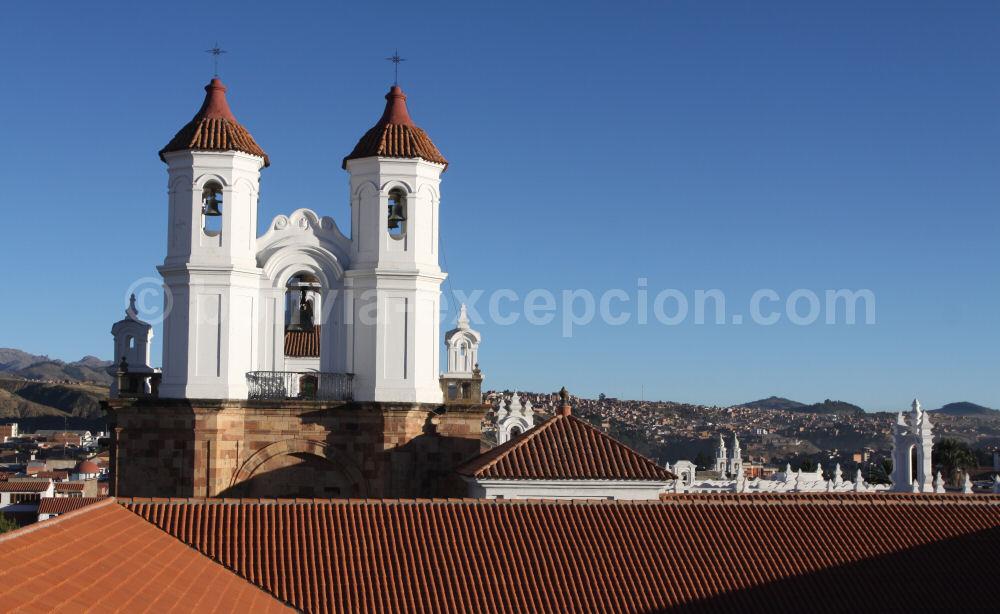 photo des toits de Sucre en Bolivie avec vue sur les andes - blog voyage trace ta route