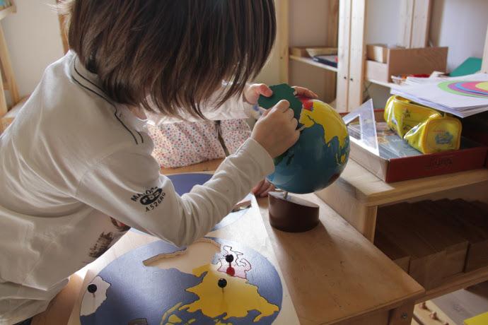 enfant globe terrestre tour du monde - blog voyage trace ta route