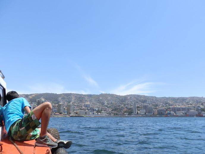 vue sur valparaiso depuis la baie - blog voyage trace ta route