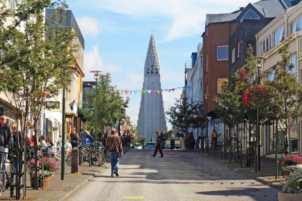 Rue Skolavordustigur et la Cathédrale Hallgrimskirkja de Reykjavik, Islande