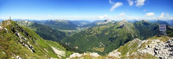 Sommet du Pécloz : vue Nord sur le Massif des Bauges (Colombier, Trélod, Arcalod, Pointe de Chaurionde et Tête de la Sambuy)