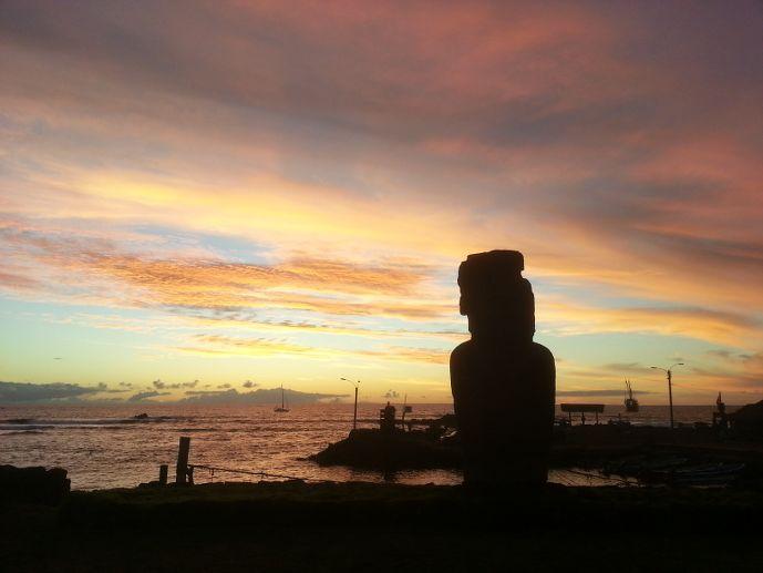 coucher de soleil à hanga roa sur l'île de pâques blog voyage trace ta route