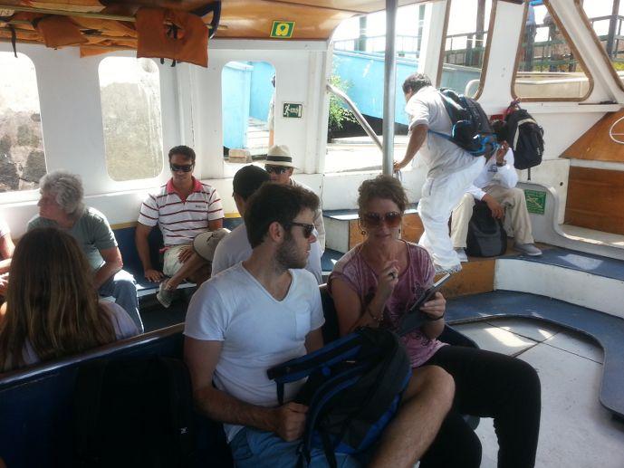 ryan voyageur namibien et anneke sur le ferry aux galapagos blog voyage trace ta route