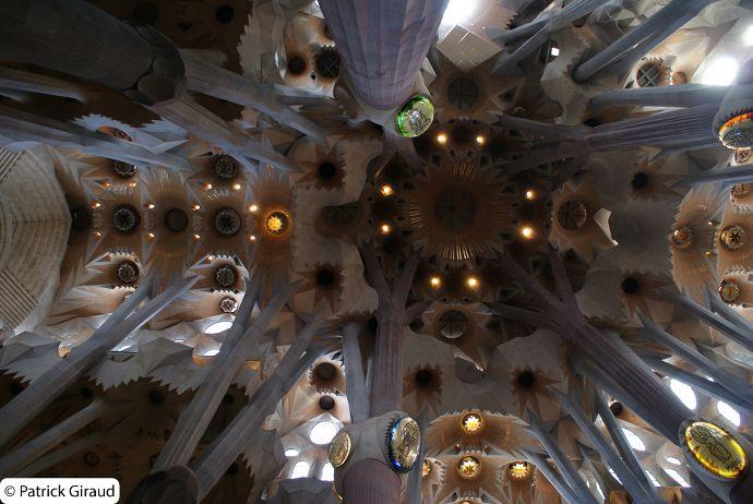 intérieur de la sagrada familia de gaudi, barcelone - blog voyage trace ta route