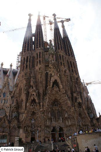 extérieur de la sagrada familia de gaudi à barcelone - blog voyage trace ta route