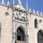 Bas-relief du Lion ailé au-dessus de la fenêtre du Palais des doges, Venise