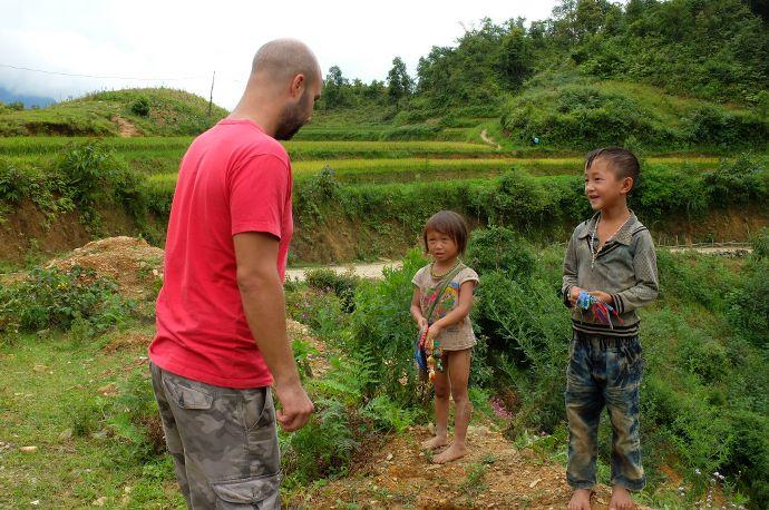 enfant vietnamienne pauvre, sapa, vietnam - blog voyage trace ta route