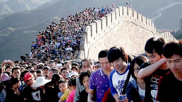 groupe touristes chinois grande muraile de chine voyageurs