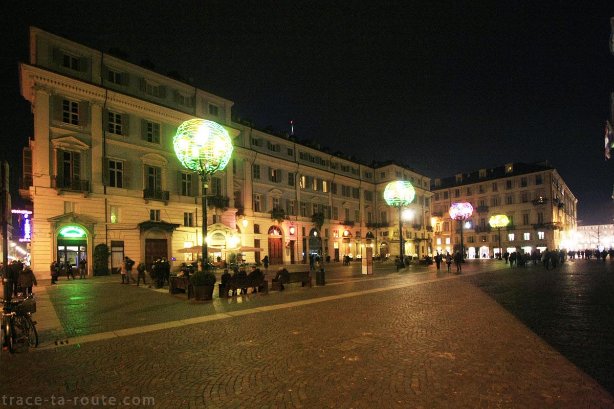 Teatro Carignano sur la Piazza Carignano de Turin - Nicola De Maria Regno dei fiori : nido cosmico di tutte le anime - Luci d'Artista Torino