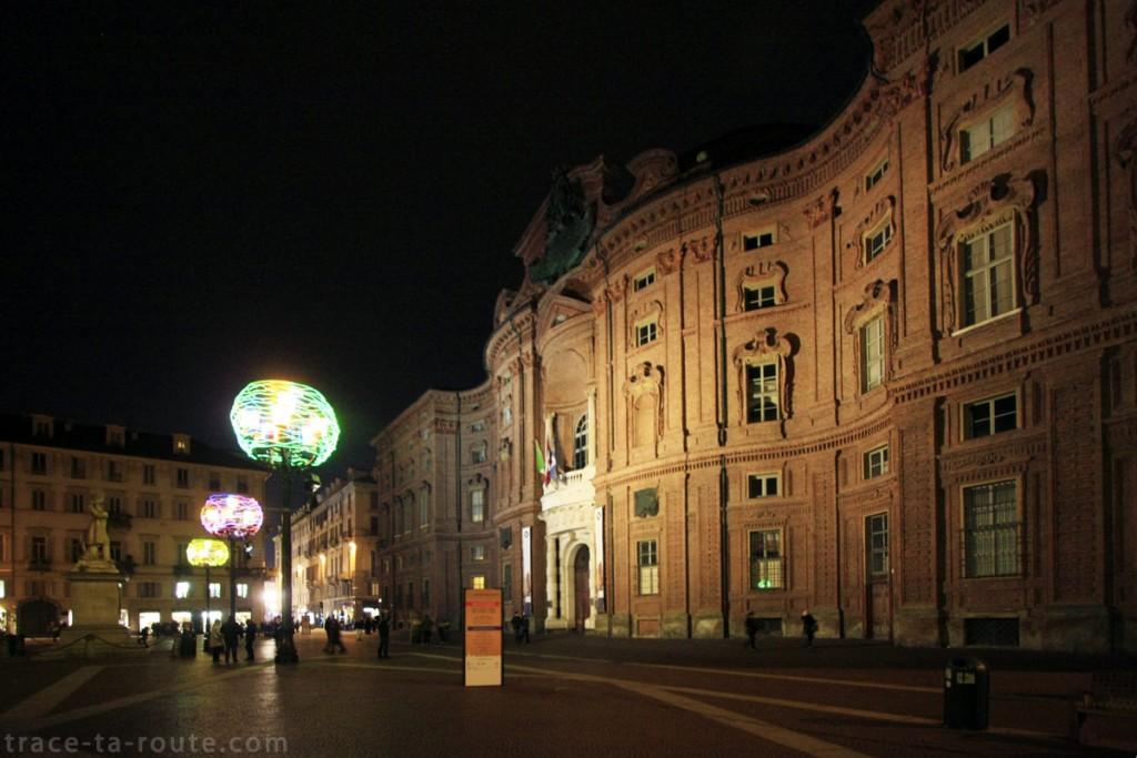 Palazzo Carignano sur la Piazza Carignano de Turin - Nicola De Maria Regno dei fiori : nido cosmico di tutte le anime - Luci d'Artista Torino