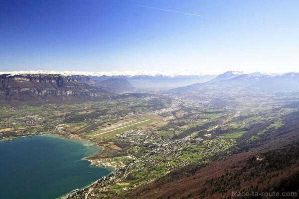 Vue depuis le sommet de la Dent du Chat : la Cluse de Chambéry, le Granier et Belledonne
