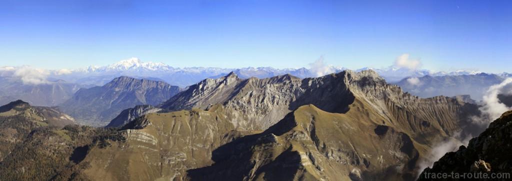 Vue depuis le sommet du Trélod (Bauges) : l'Arcalod et le Mont Blanc...