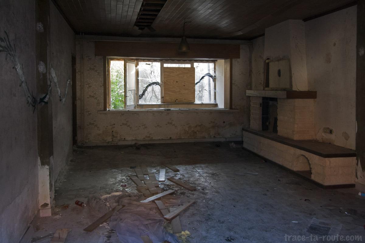 Urbex int rieur d 39 une maison abandonn e de doel blog voyage trace ta route - Interieur d une maison ...