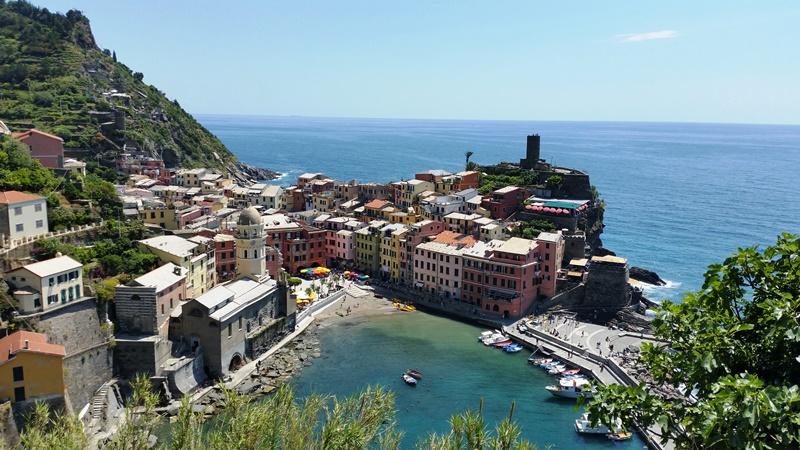 Vue sur Vernazza depuis le sentier Azzurro, Cinque Terre, Italie
