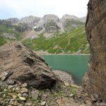 Rochers au bord du Lac de la Vogealle avec les Dents Blanches en fond