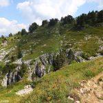 Sentier de randonnée vers la Grotte de l'Enfer depuis le sommet du Parmelan