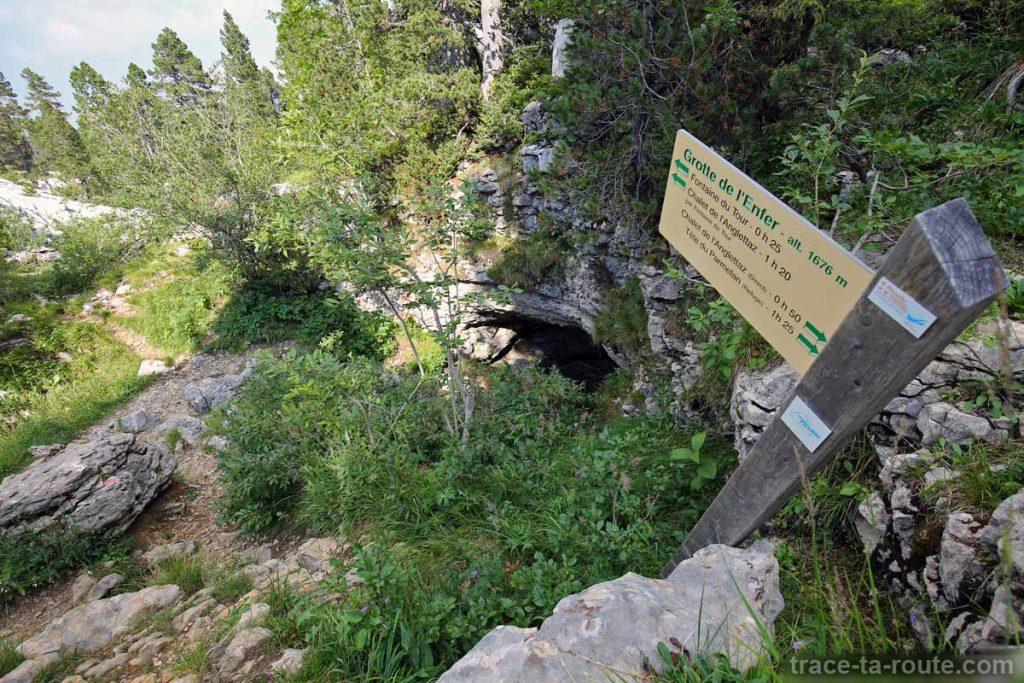 Entrée de la Grotte de l'Enfer, sur le Parmelan