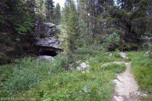 Caverne au bord du sentier de randonnée du plateau du Parmelan
