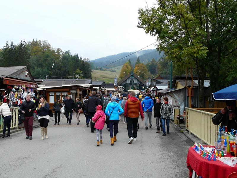 La rue principale de Zakopane, noire de monde
