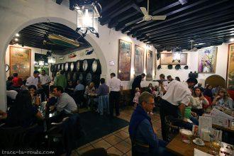 Intérieur salle du bar à tapas restaurant bodega El Pimpi, Malaga
