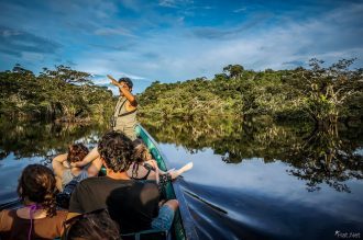 Hat.net cuyabeno pirogue dans la lagune - Amazonie