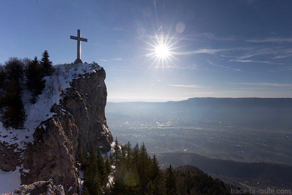 La Croix du Nivolet et la Montagne de l'Épine, au-dessus de Chambéry