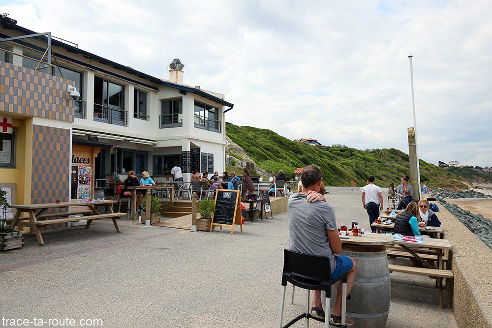 Terrasse de café sur la plage de Bidart au Pays Basque