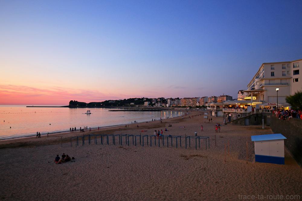 Coucher de soleil sur l'Océan sur la plage de Saint-Jean-de-Luz