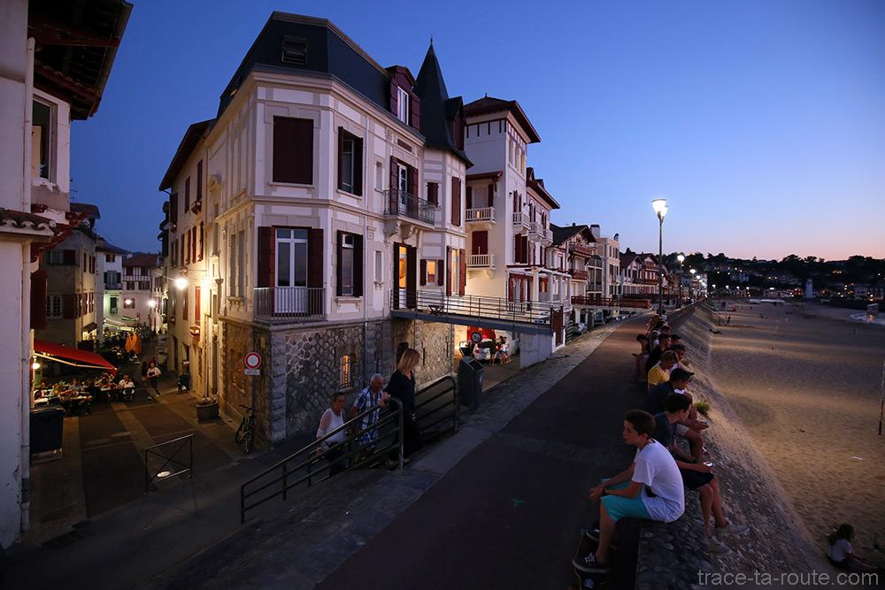 Rue de la République et promenade de bord de plage à Saint-Jean-de-Luz