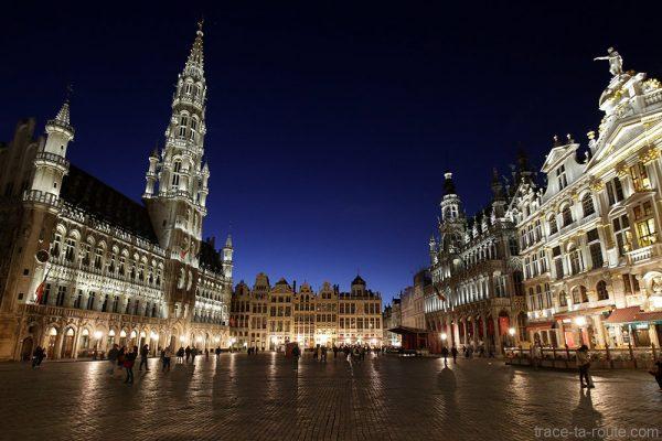 La Grand-Place de Bruxelles (Grote Markt) de nuit : Hôtel de Ville, la Maison du Roi...