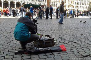Édouard photographiant la Grand-Place de Bruxelles pour un time-lapse