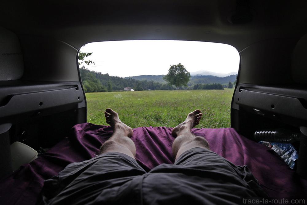 Road Trip Slovénie : Paysage Postojna depuis aménagement coffre break Dacia Logan MCV pour dormir dedans