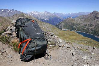 Le sac à dos Osprey Atmos AG 65 au Col des Marches, au-dessus du Lac de Bissorte, lors du trek du tour du Mont Thabor