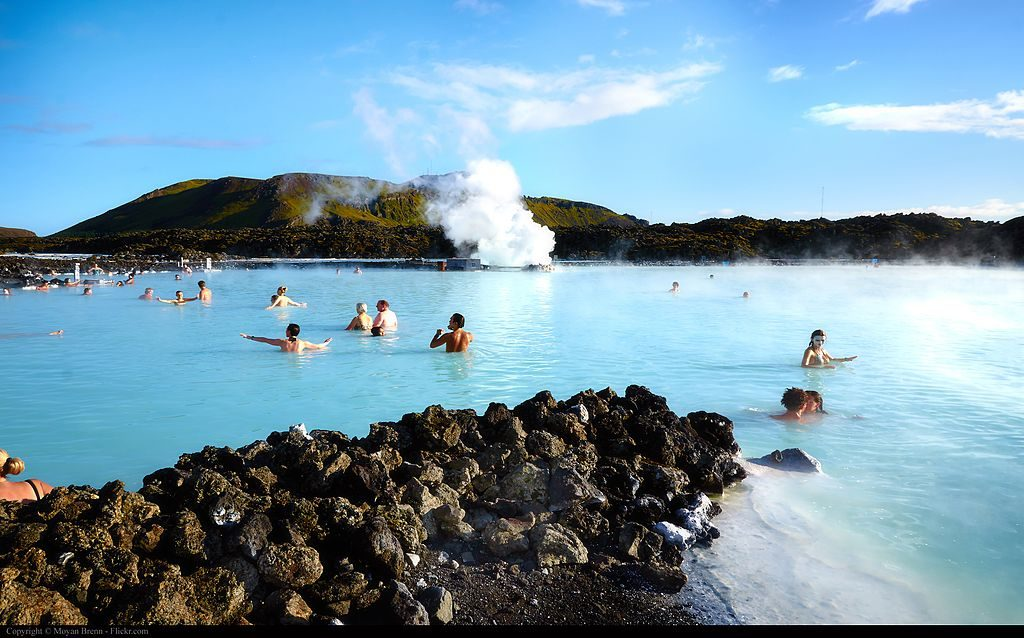 Baignade dans l'eau bleue du bassin du Blue Lagoon en Islande © Moyan Brenn