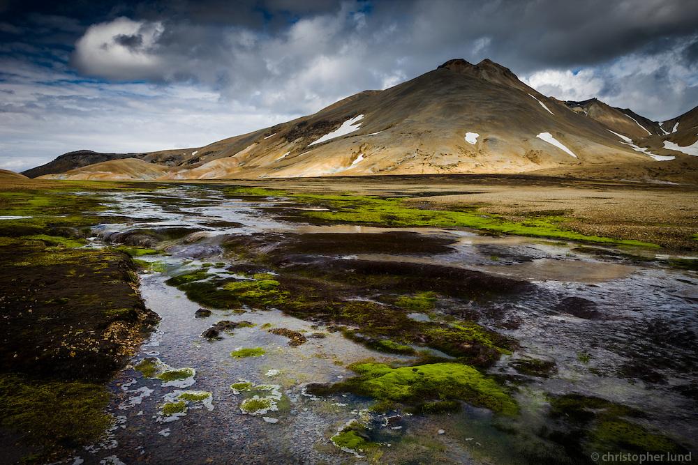 Rivière et montagnes rhyolithe dans la vallée de Kerlingarfjöll en Islande © Christopher Lund