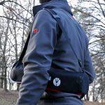 Trépied Befree Manfrotto dans sa housse de rangement porté sur l'épaule