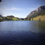 Lac de La Thuile et le village avec les Rochers de Bévénau, Massif des Bauges