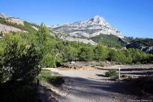 Sentier de randonnée dans la Réserve Naturelle de Sainte-Victoire avec la Montagne Sainte-Victoire de Cézanne en arrière-plan