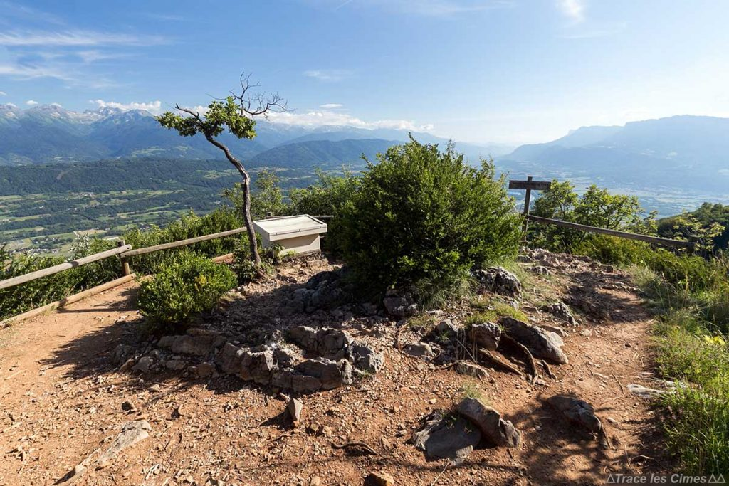 Le Rocher de Manettaz au-dessus de La Thuile et Montmélian