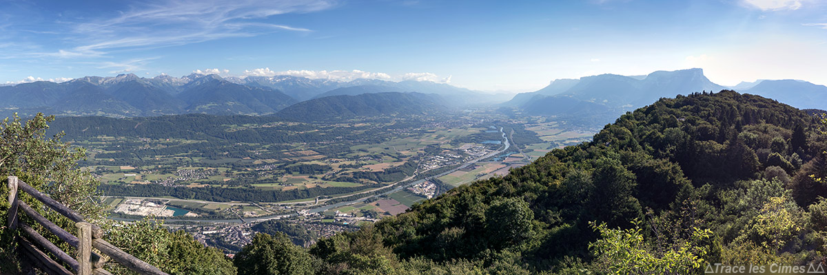 Vue sur la Combe de Savoie, la Vallée du Grésivaudan, la Chaine de Belledonne et le Massif de la Chartreuse depuis le Rocher du Guet, La Thuile