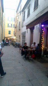 Corse-Ajaccio-Bar-le-petit-clos-rue-Letizia-dans-la-rue