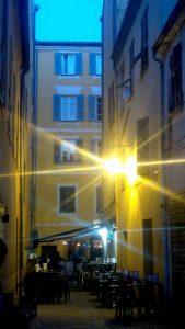 Corse-Ajaccio-Bar-le-petit-clos-rue-Letizia-dans-la-rue-soirée