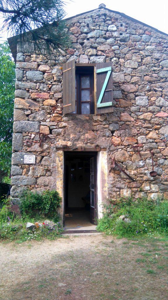 Le refuge de E Case, au dessus de Revinda. Avant dernière étape du Mare e Monti Nord en Corse, de Calenzana à Cargèse.