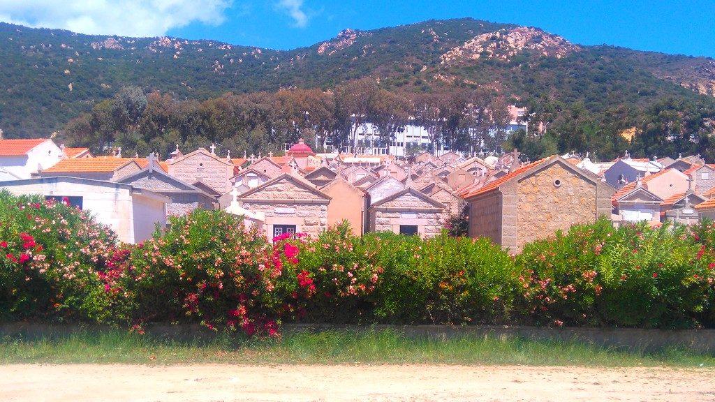 Corse-ajaccio-à-pieds-sur-la-route-des-sanguinaires-cimetière-corse
