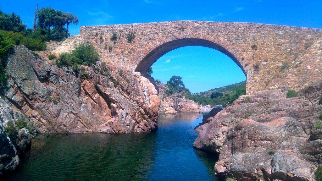 En longeant la rivière du Fango, sur le tra Mare e Monti de Tuarelli à Galeria